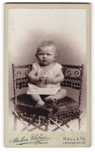 Fotografie Atelier Urban, Halle a/S, Portrait Baby im weissen Kleidchen auf einem Stuhl sitzend