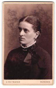 Fotografie O. Reitmayer, München, Portrait dunkelhaariges Fräulein mit Schleife am Rüschenkragen