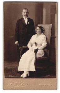 Fotografie K. E. Lilius, Södertelje, Portrait bürgerliches Paar in hübscher Hochzeitskleidung