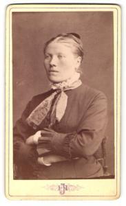 Fotografie Hjalmar Jansson, Gefle, Portrait bürgerliche Dame mit Hochsteckfrisur u. verschränkten Armen