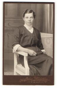Fotografie Atelier Hedström, Tierp, Portrait brünette junge Schönheit mit Brosche und Halskette