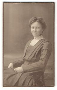Fotografie Fotograf & Ort unbekannt, Portrait charmant lächelnde Dame im Kleid