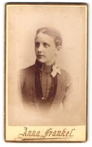 Fotografie Anna Frankel, Malmö, Portrait blondes hübsches Fräulein mit Schleife am Kragen