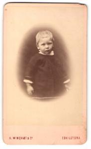 Fotografie A. Winqvist, Eskilstuna, Portrait bezauberndes blondes Mädchen im dunklen Kleidchen