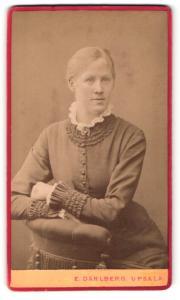 Fotografie E. Dahlberg, Upsala, Portrait blondes hübsches Fräulein im elegant gerüschten Kleid