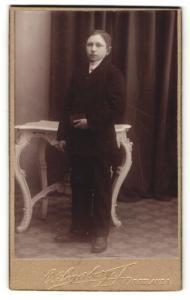 Fotografie O. Segerberg, Färgelanda, Portrait Konfirmand mit Gebetsbuch