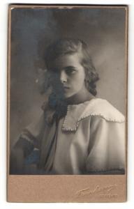 Fotografie Franksson, Ockelbo, Portrait junge hübsche Dame in modischer Bluse