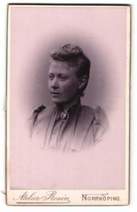Fotografie Atelier Rosen, Norrköping, Portrait blonde hübsche Dame mit Haar- und Halsbrosche