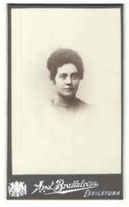 Fotografie And. Brattström, Eskilstuna, Portrait dunkelhaariges Fräulein mit lockigem Haar