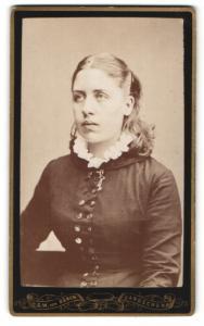 Fotografie C. G. W. von Düben, Landskrona, Portrait bezaubernde junge Schönheit mit Rüschenkragen