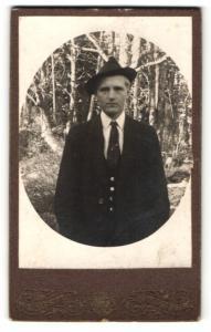 Fotografie Visit Portrait, Ort unbekannt, Portrait charmanter Herr mit Hut im Anzug