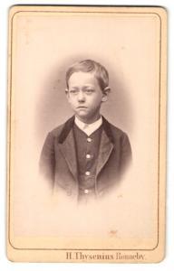 Fotografie H. Thysenius, Ronneby, Portrait niedlicher kleiner Bube mit blondem Haar im Anzug