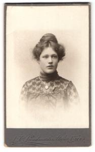 Fotografie L. O. Lundmark, Umea, Portrait bezaubernde junge Schönheit mit dutt in bestickter Bluse