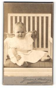 Fotografie Jansson & Atterling, Hedemora, Portrait lachendes kleines Mädchen im weissen Kleidchen