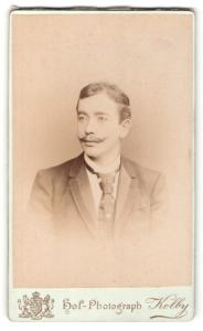 Fotografie Kolby, Zwickau, Portrait Herr mit Zwirbelbart im Anzug mit Krawatte