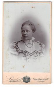 Fotografie Lambert, Dresden, Portrait ernste junge Dame in modischer Bluse