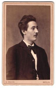 Fotografie A. Drawe, Berlin, Portrait eleganter junger Herr mit Fliege