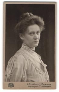 Fotografie L. Otto Weber, Meiningen, Portrait ernste junge Frau mit Hochsteckfrisur