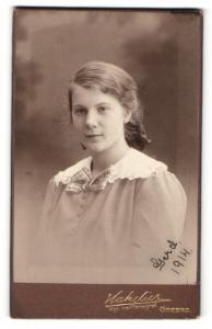 Fotografie Hakelier, Örebro, Portrait junge hübsche Dame in modischer Kleidung