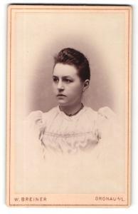 Fotografie W. Breiner, Gronau a / L., Portrait junge Dame in hübscher Kleidung mit Halskette
