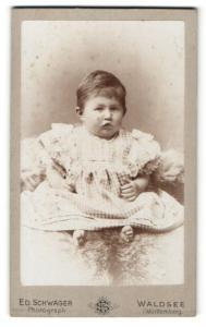 Fotografie Ed. Schwager, Waldsee, Portrait Kleinkind in kariertem Kleidchen
