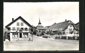 AK Kerzers, Ortsansicht mit Geschäft und Kirche