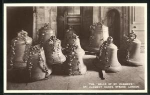 AK London, The Bells of St. Clemen`s, St. Clement Danes, Strand, Glocken mit Blumen