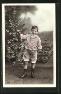 AK Junge mit Diabolo steht im Garten, Spielzeug