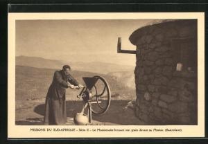 AK Basutoland, Missions du Sud-Afrique, Le Missionaire broyant son grain devant sa Mission