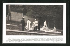 AK Tolstoi auf gibt einer Frau die Hand