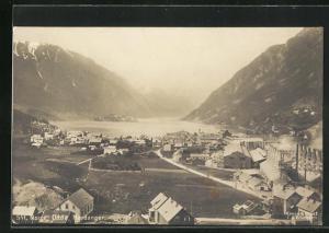 AK Odda, Hardanger, Ortsansicht mit Häuser und Blick aufs Meer und Berge