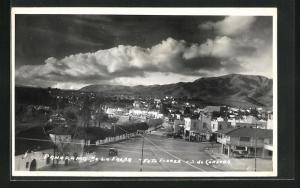 AK La Falda, Panorama, Ortsansicht mit Strasse, Häuser, Berge und Wolkenformation