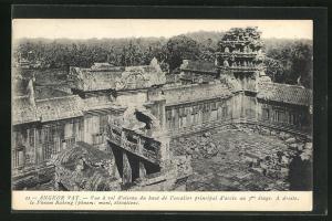 AK Angkor-Vat, Vue a vol d`oiseau du haut de l`escalier principal d`acces au 3me etage, A droite, le Phnom Bakeng