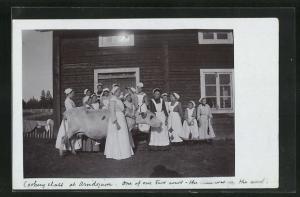 AK Arvidsjaur, Frauen mit Schürzen und Hauben führen eine Kuh