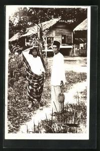 Foto-AK Einheimisches Paar in traditioneller Kleidung