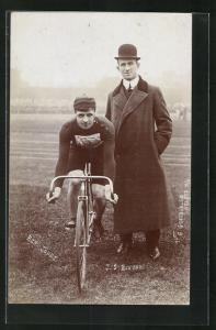 Foto-AK J. S. Benyon und Radrennfahrer Ben. Jones