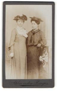 Fotografie unbekannter Fotograf und Ort, Portrait zwei Fräuleins mit modischen Hüten
