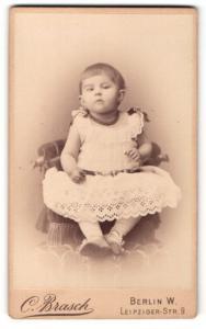 Fotografie C. Brasch, Berlin-W, Portrait Kleinkind in Kleid