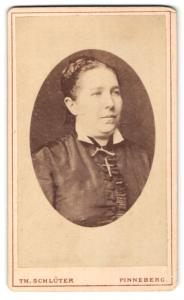 Fotografie Th. Schlüter, Pinneberg, Portrait Dame mit zusammengebundenem Haar