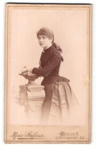 Fotografie Max Steffens, Berlin, Portrait junge Frau im edlen Kleid
