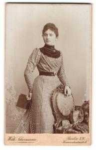 Fotografie Wilh. Scharmann, Berlin, Portrait junge Dame im modischen Kleid