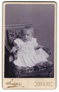 Fotografie Szager, Czegled, Portrait niedliches blondes Kleinkind im Hemdchen