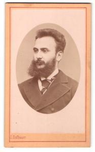 Fotografie J. Hofbauer, Wien, Portrait junger Herr mit Vollbart