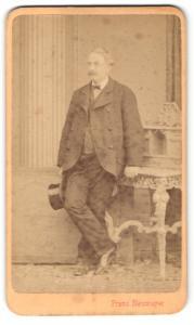 Fotografie Franz Neumayer, München, Portrait betagter Herr mit Zylinderhut im Anzug