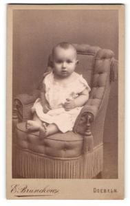 Fotografie E. Brunckow, Doebeln, Portrait niedliches Kleinkind im weissen Hemdchen