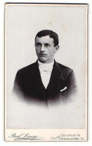 Fotografie Paul Lange, Hainichen i. S., Portrait dunkelhaariger hübscher Mann in weisser Fliege und dunklem Jackett