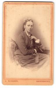 Fotografie J. Kosmehl, Magdeburg, Portrait brünette junge Schönheit mit Haarschleife