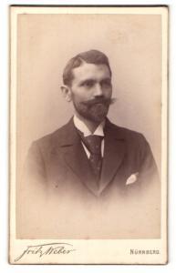 Fotografie Fritz Weber, Nürnberg, Portrait charmant blickender junger Mann mit Vollbart