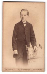 Fotografie J. S. Schroeder, Annaberg, Portrait blonder hübscher Bube im dunklen Jackett