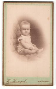 Fotografie H. Hampel, Schönlinde, Portrait niedliches blondes Kleinkind im weissen Hemdchen